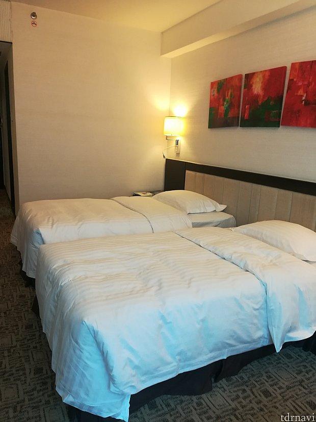 ベッドが広くてお気に入り❤壁の絵が斜めなのはおしゃれなのか…雑なのか…??