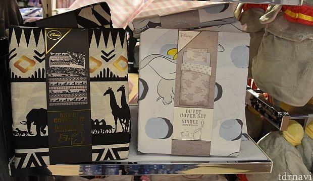 ライオンキング 枕(2枚)とダブルサイズ布団カバーセット 20€ ダンボ 枕とシングル布団カバーセット 17€ どちらもリバーシブルとのこと