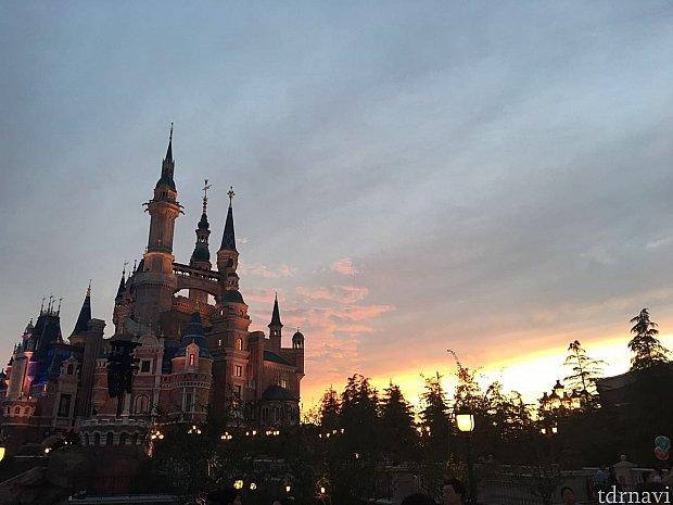 お城も夕焼けでピンク色に。