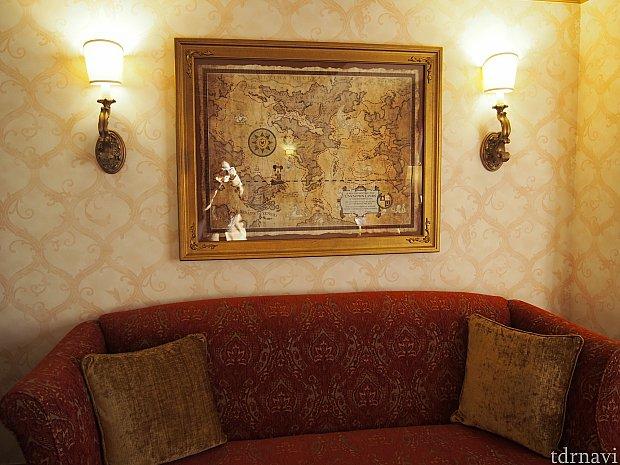 赤い素敵なソファーの上には地図が飾ってあります。