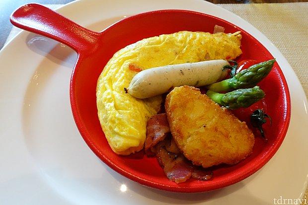 【朝食】これが5種類のエントリーから選んだオムレツ。出来立てで具だくさんでふわふわで美味しかった!アスパラやミニトマトも入っていてバランスがいいですね。
