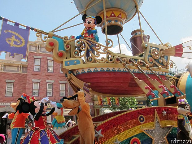 パレード初っぱな、パズーのような飛行艇ミッキー。