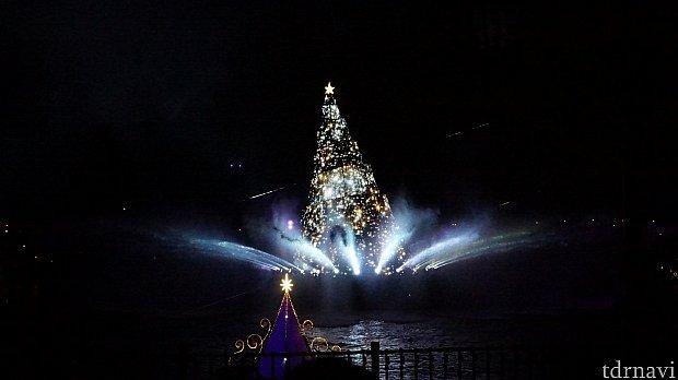 皆の願いでクリスマスツリーが輝きます。輝きを放つ瞬間は水しぶきに光が反射しとても幻想的です。
