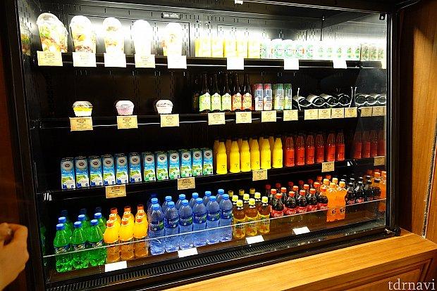 ドリンク各種。オレンジジュース(32ドル)、ミネラルウォーター(28ドル)、ビールなど。