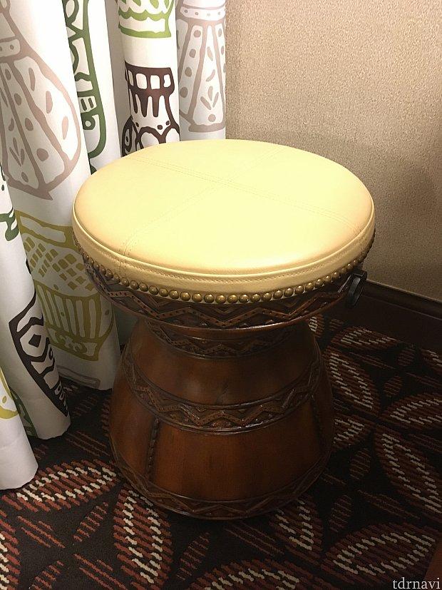 部屋の中の椅子の一つがドラム型でテンションアップ!