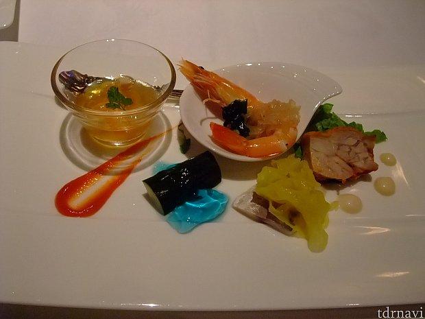 前菜にはお馴染みの海老やクラゲも。二種類のソースもお料理のアクセントに。