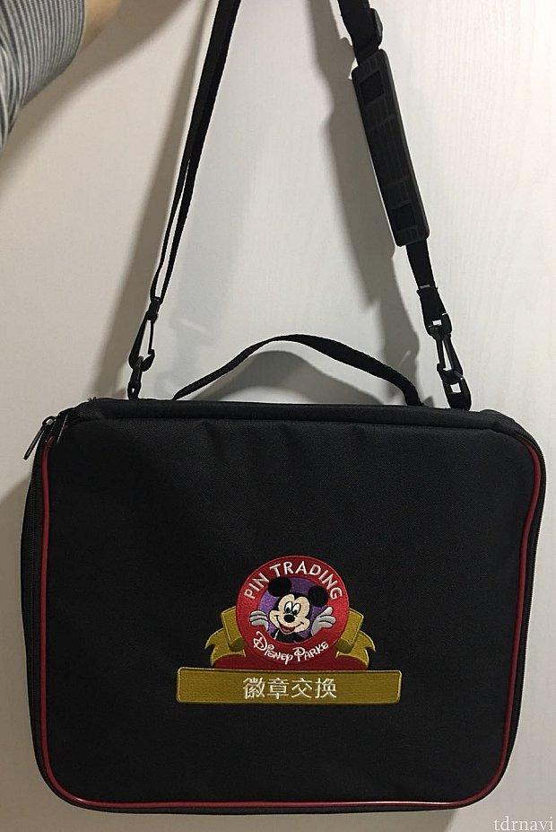 バッグ本体には小には無かった持ち手が付いています。