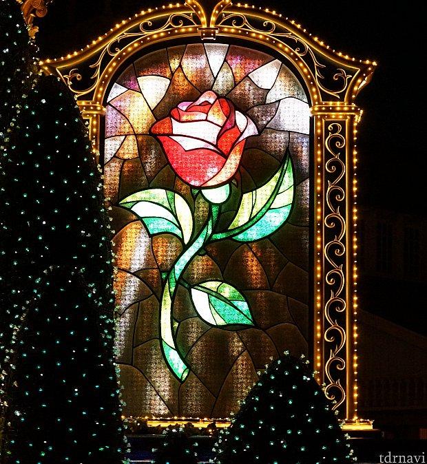 バラのアートはLEDスクリーンのようで、散ったり動いたりします。