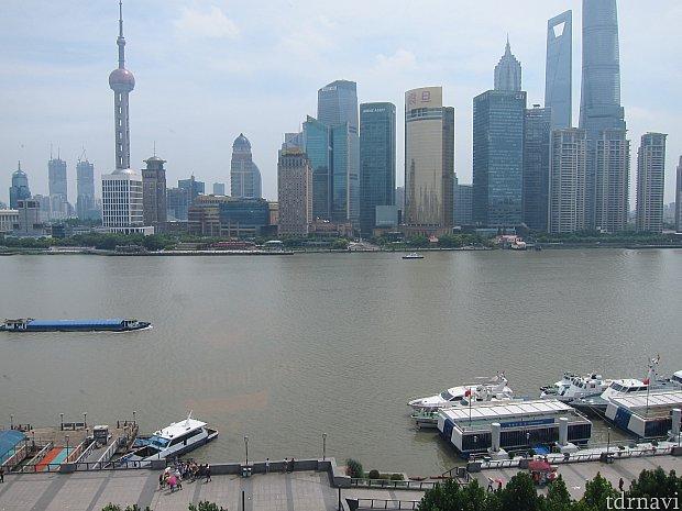 部屋の窓から見える景色(真正面)。これぞザ・上海という感じの景色。
