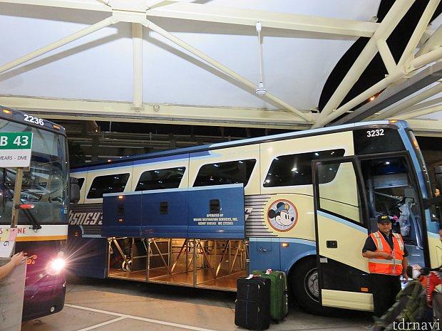 このバスを見るとフライトの疲れも吹っ飛びます