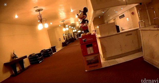 ホテルに入るとすぐミッキーがいますミッキーの後ろはフロントです。真っすぐ突っ切ると出口があり、その右手にコインランドリーがあり、反対側にはプールがあります。