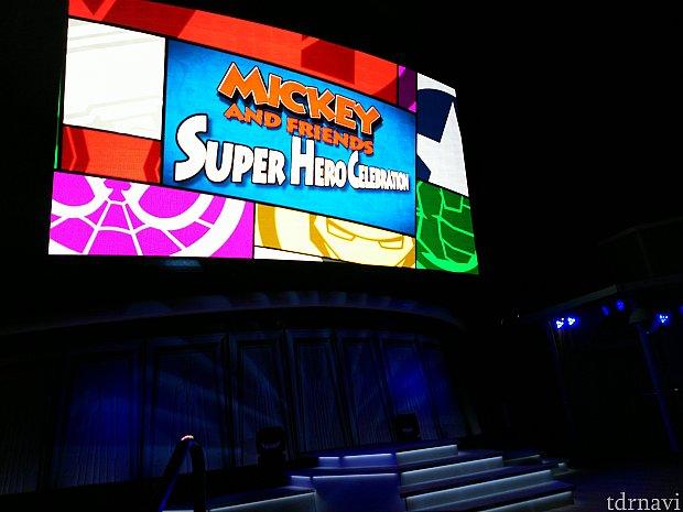 デッキ9の屋外ステージ。 この大型ビジョンでステージを映してくれるので、ステージが見えなくてもなんとかはなります。