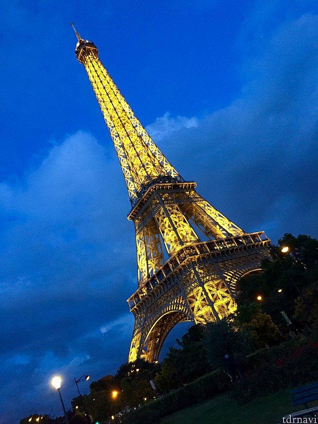 ソアリンで見た事のあるエッフェル塔の夜のイルミネーションを実際に目の前で見たり…