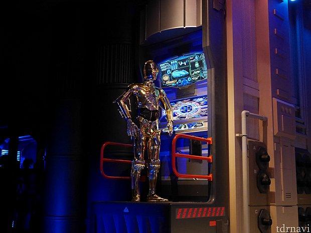 R2-D2とC3POが機体をチェックしてくれています。