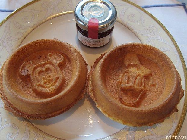 朝食に食べたミッキーとドナルドのワッフル。これ食べ終わったらチェックアウト。