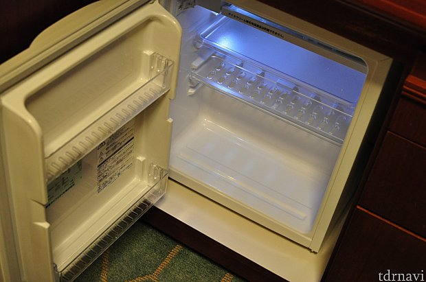冷蔵庫、中身は空。