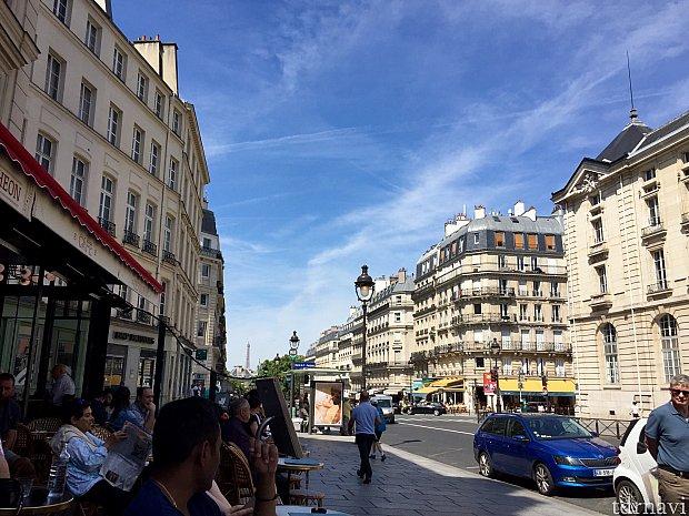 パリ市内からは色んな所からエッフェル塔が見えます。