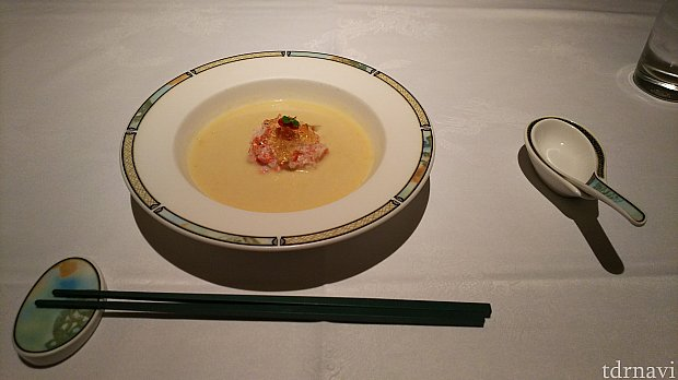 こちらはコーンスープです。中央にはカニとジュレだそうです。おいしかった(*´∀`)