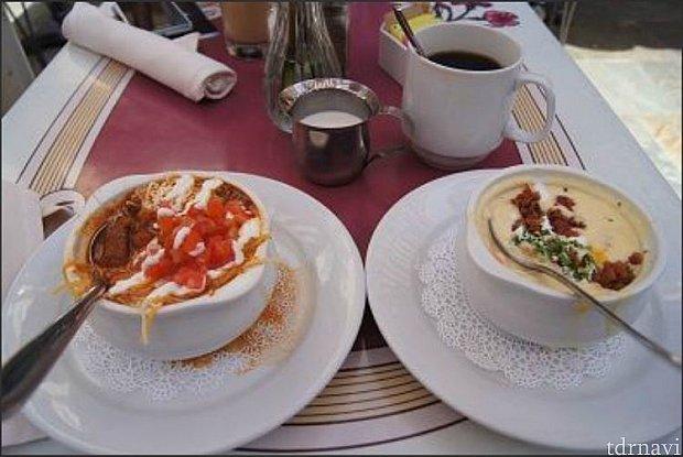 名物のウォルト・チリとベイクド・ポテトスープ