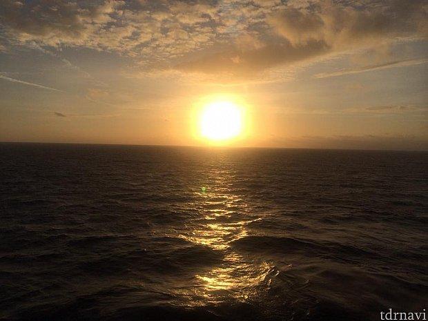 カリブ海より自分のシェアした部屋から初日の出を見る事が出来ました(o^^o)