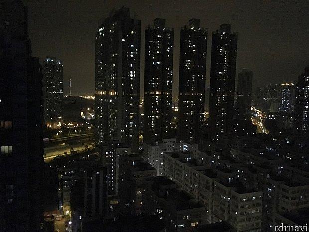 25階だったので夜景はこんな感じで、