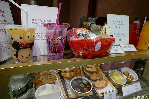 ブースでフードが出来るのを待っていると可愛いドリンクカップを発見!ツムツムとアナ雪のドリンクカップ。香港はツムツムグッズ多めです!