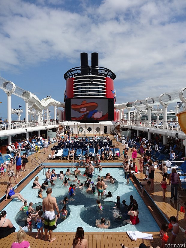 乗船直後から子供達はプールで大はしゃぎ!