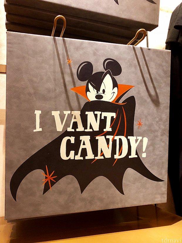 こちらも壁掛けデコレーション。「I want candy 」がドラキュラの出身のルーマニア訛りになっているんですね。$32.99
