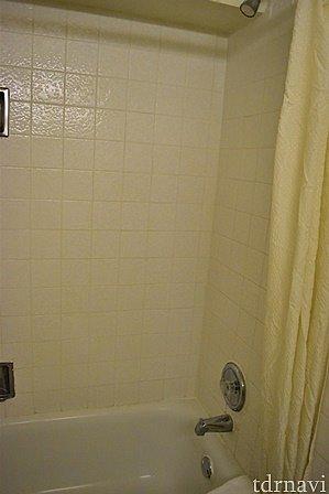 シャワーは、やっぱり固定式。冬の寒い日は冷水に近いお湯が出るので注意です。