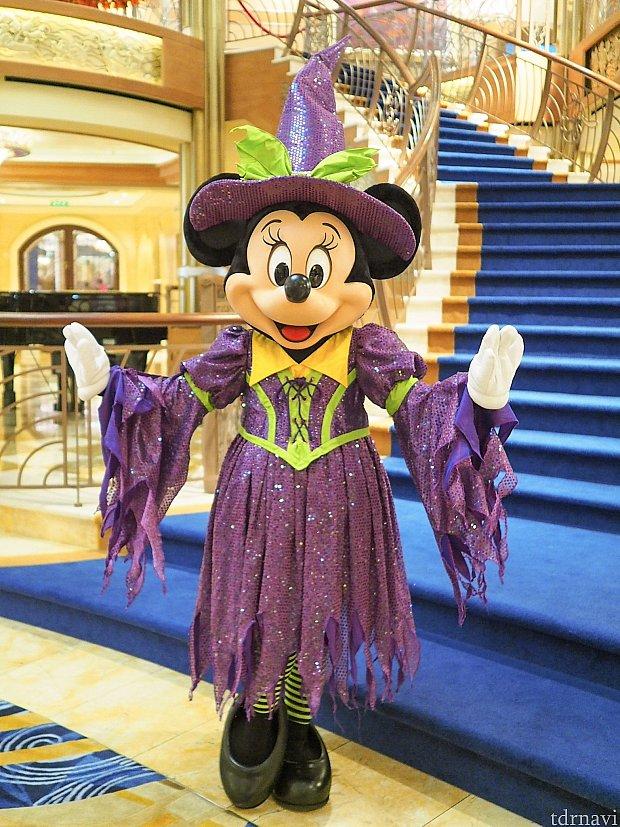 ミニーは魔女の仮装。ラメラメの紫×蛍光グリーンが良い感じです。