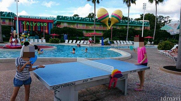プールサイドに卓球台とサッカーゲーム台がありました。