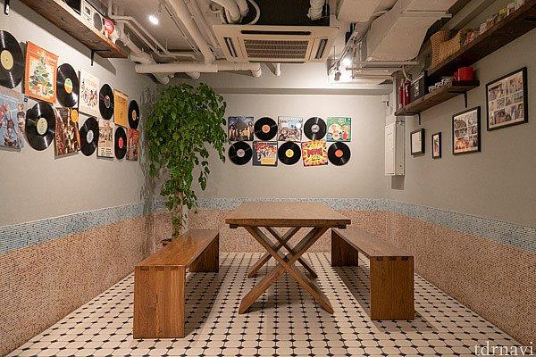 食事場所はいくつかの部屋に分かれています。お好きな部屋でどうぞ。
