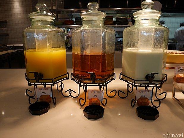 オレンジジュース、りんごジュース、牛乳