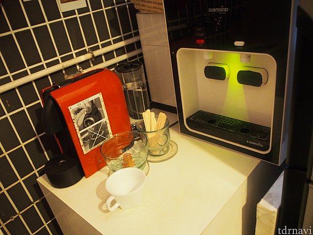 赤い機械がコーヒーマシン・黒い機械がお湯と水が出ます。