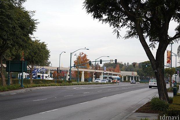 ホテル入口からの眺め。左にチラっとパークへの道が見えています。