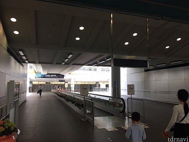 空港からエアポートエクスプレスに乗車する場合は改札口はありません。いきなりホームとなります。