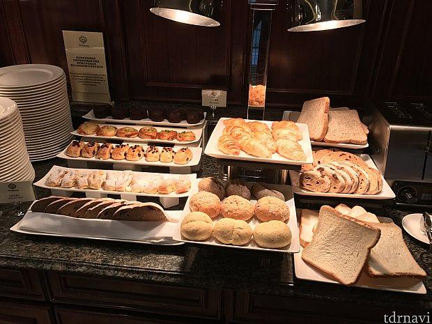 朝食のパンです。種類豊富です。
