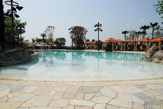 ビーチのような造りのプールがリゾート感あります。