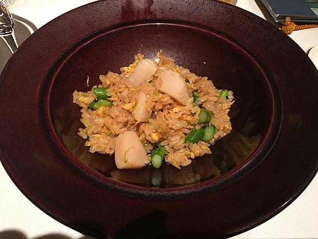 帆立貝とアスパラガスの炒飯スモークの香り うまい!