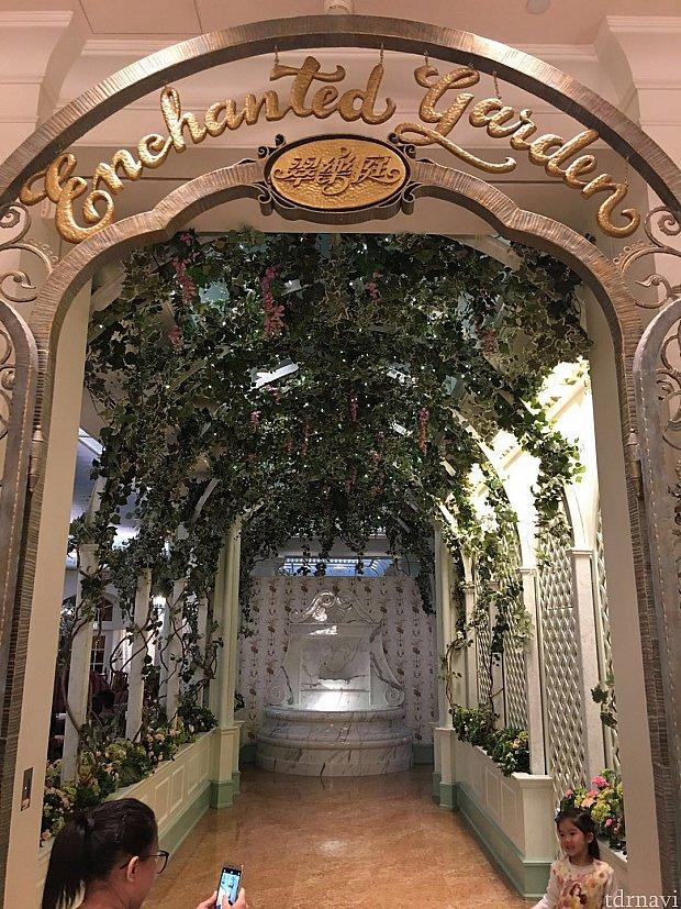入口はアーチのようになっています。