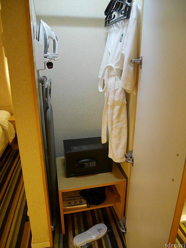 入り口近くの姿見が付いたドアの中に金庫やバスローブ、ドライヤーなどがありました。