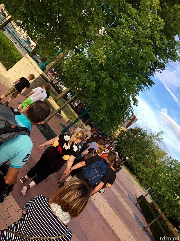 ホテルを出てディズニービレッジに行くと何やら列が!思ったより長い列です。こんなに人がいるとは…出遅れた感が…