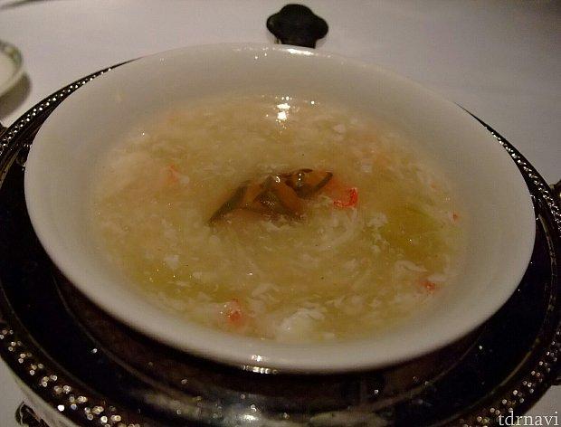 """【蟹肉と冬瓜のスープ 蓴菜添え】アクセントの蓴菜で夏感を。¥800プラスで""""タラバ蟹の葱生姜蒸し パプリカソース添え""""も選べます。"""