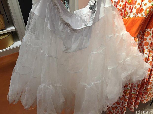ドレスのスカートをフワッとさせるパニエも。