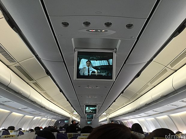 上からモニターが降りてきて、非常時のビデオが流れます。CAさんの実演はありません。ビデオが終わるとそのまま収納され、飛んでいる間の映画などはありませんでした。