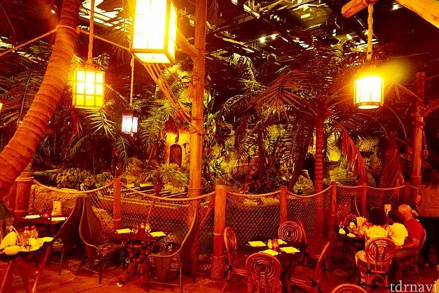 入った時にすでにこの明るさだったので、思ったよりも明るいレストランだな、と思ったんですが、天井が見えていたのに少し疑問が。これは見えていていいのだろうか…