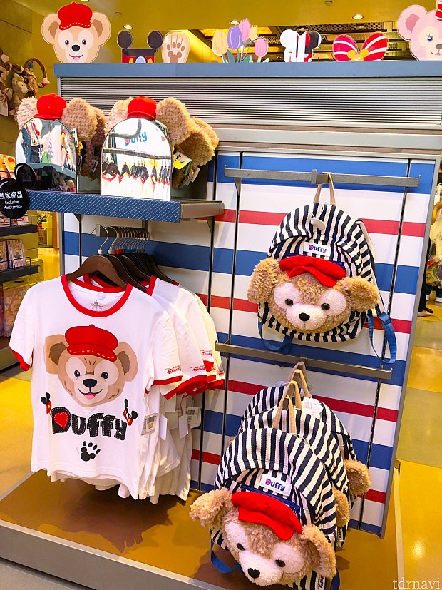 赤い帽子が可愛いダッフィー♡リュック 319元、カチューシャ 155元、Tシャツ(大人用) 169元