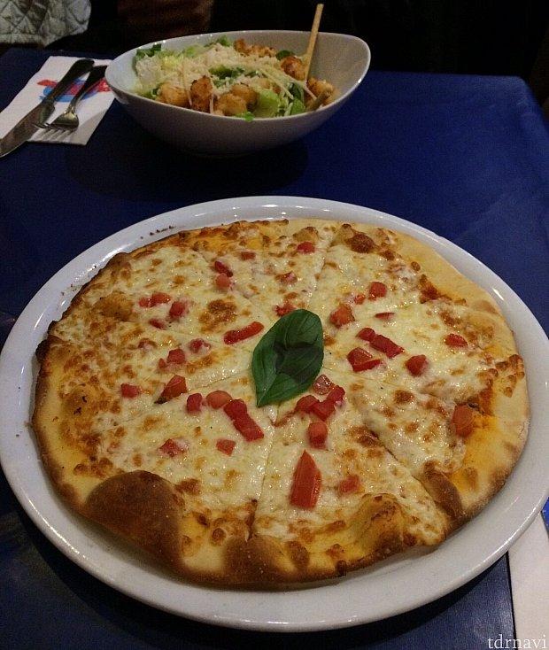 ピザとシーザーサラダ。想像通り。見た目通り。普通に美味しいです。