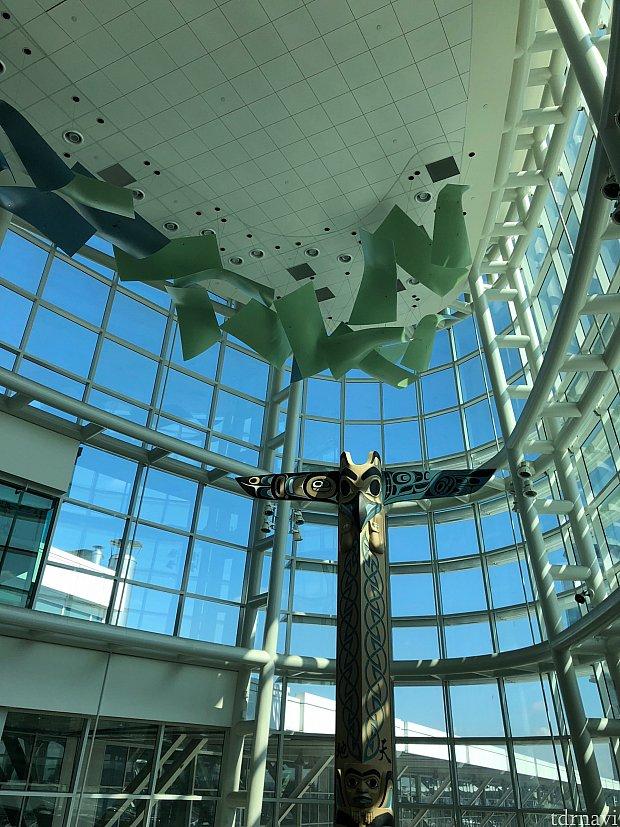 バンクーバー空港は窓がたくさんあり解放感があります