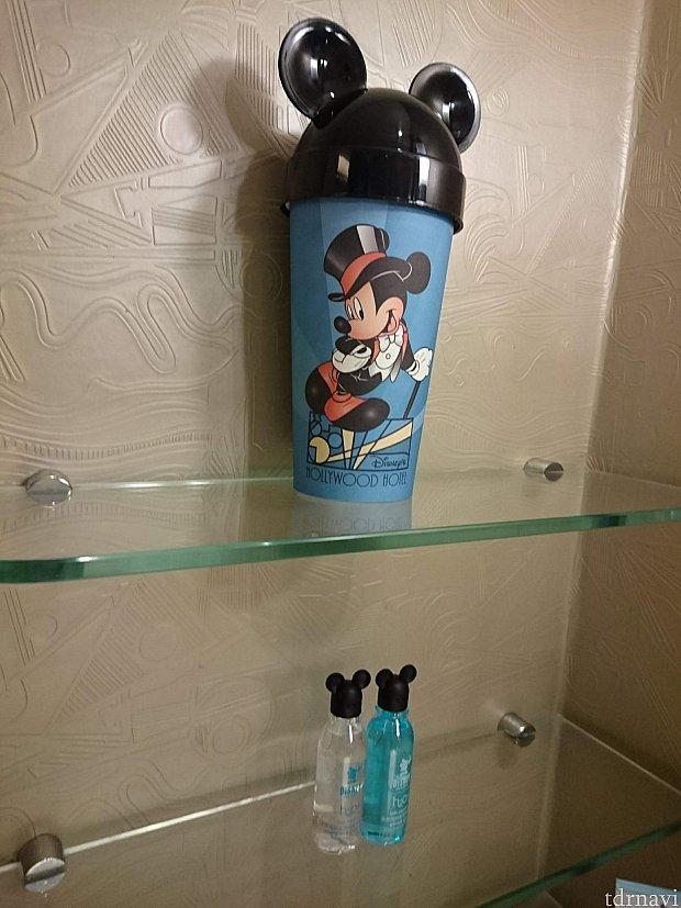 バスルームにおいてあるアメニティ。 紙コップとミッキーの蓋の中に、更に紙コップが入っていています。その中に、体用せっけんや歯ブラシなどのアメニティが。 下のボトルは、バスジェルとシャンプーリンスです。 H2Oのですね。